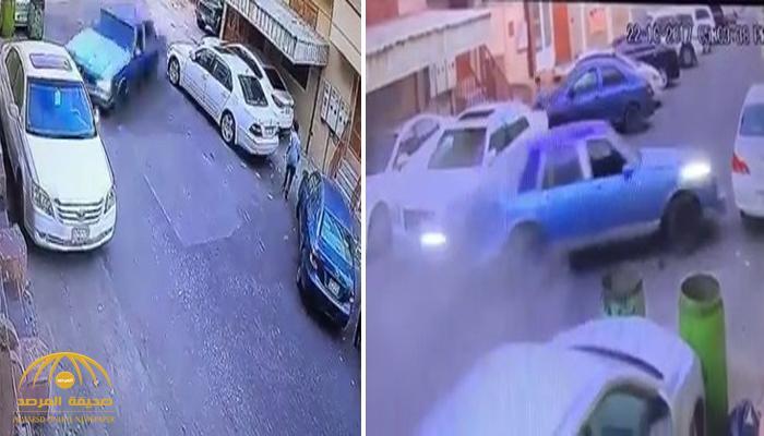 شاهد .. لحظة اصطدام سيارة بسيارات أخرى متوقفة داخل حي سكني وهروب شبان من داخلها
