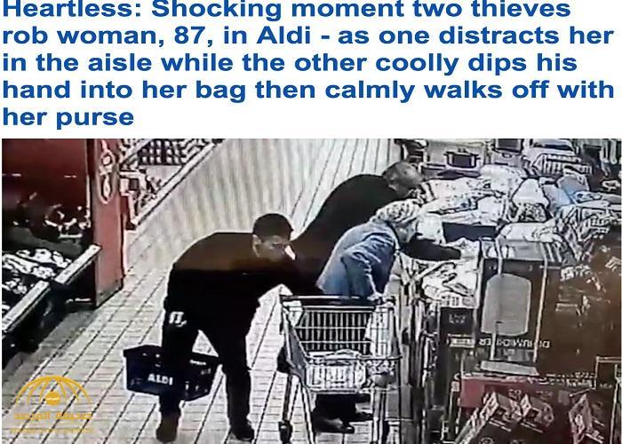 شاهد .. لصان يسرقون امرأة مسنة بطريقة ماكرة في سوق تجاري