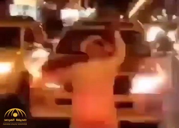 """مواطن بـ """"بلجرشي"""" يُرزق بطفلين بعد حرمان 10 سنوات.. شاهد: كيف غيبت الفرحة عقله في منتصف الشارع!"""