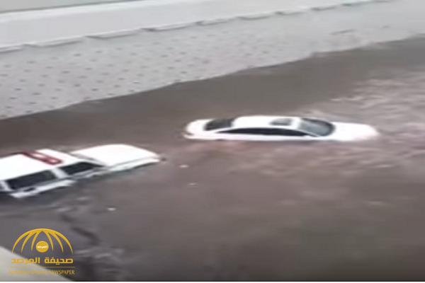 شاهد.. كيف أنقذ رجل أمن مواطن احتجزته السيول داخل سيارته في جدة!