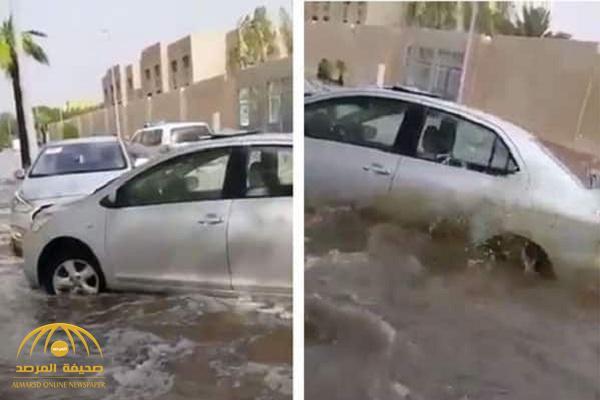 """الله يهب لك قنبلة.. شاهد: ردة فعل مواطن مديون بـ """"مليون"""" ريال أثناء غرق سيارته في سيول جدة"""