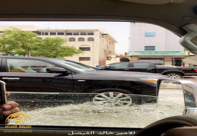 """شاهد..الأمير """"خالد الفيصل"""" يتفقد """"الحالة المطرية"""" وهطول الأمطار الغزيرة في مكة"""
