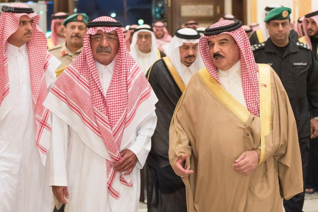 """بالصور: ملك البحرين يعزي الأمير """"مقرن """" في وفاة نجله الأمير منصور"""
