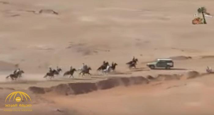 شاهد.. لحظة اصطدام مروع لسيارة أمنية بفرسان وخيول في سباق بالجزائر