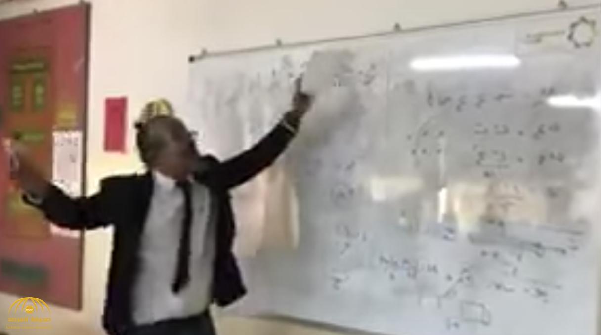 """شاهد.. معلم أردني يشرح الدروس لـ """"طلابه"""" بطريقة فكاهية.. والطلاب يتفاعلون معه"""