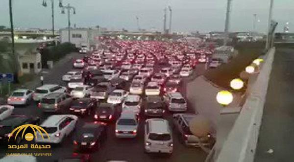 شاهد .. تكدس غير مسبوق للمركبات على جسر الملك فهد