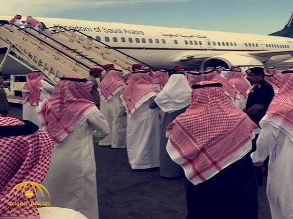 بالفيديو والصور .. أمير عسير يرافق جثمان الأمير منصور بن مقرن إلى الرياض
