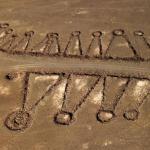 عالم أميركي يستكشف تكوينات حجرية غامضة في صحراء السعودية ! -صور