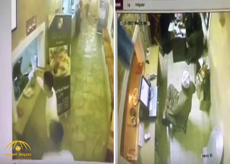 أطلقوا النار على الموظف.. شاهد: لحظة سطو مسلح على مطعم بالرياض وسرقة صندوق الكاشير!