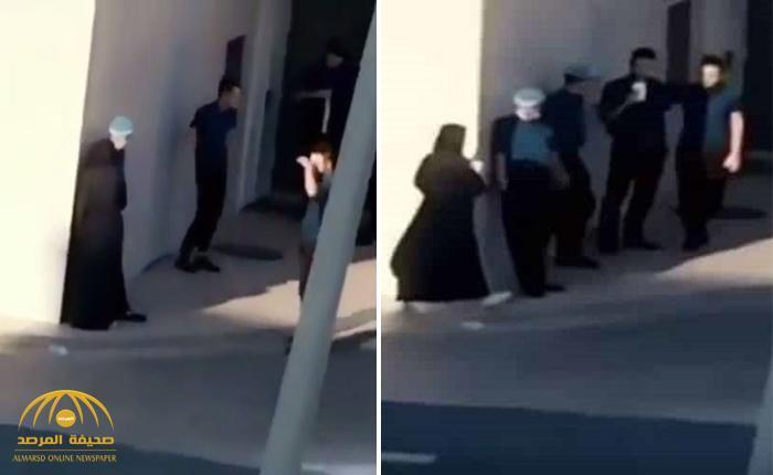 شاهد: عامل يقابل فتاة خلف مطعم شهير.. والمغردون يتساءلون