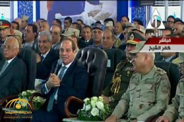 شاهد.. السيسي يمازح وزير الدفاع المصري : يعني الفريق صدقي بيحط الفلوس في جيبه