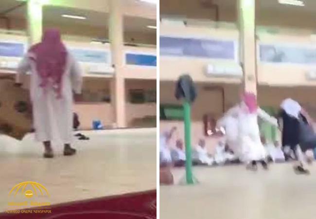 """في حصة النشاط .. شاهد.. معلم يطلق """"دجاج"""" داخل مدرسة ويطلب من طلابه مطاردته!"""