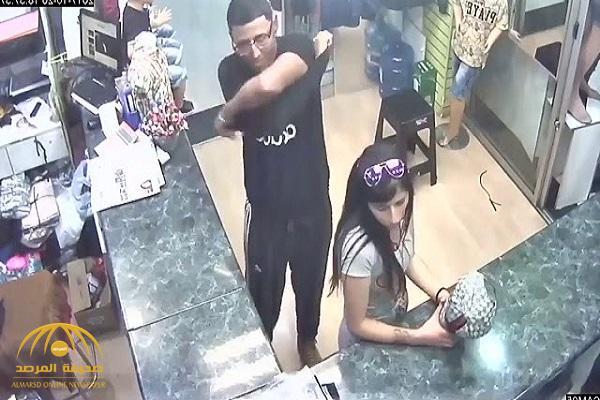 شاهد .. كيف ساعدت فتاة حسناء صديقها على السرقة