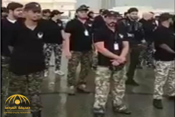 بدون مكافآت أو رواتب.. شاهد: شبان سعوديون يتطوعون لإنقاذ المتضررين من  السيول في جدة!