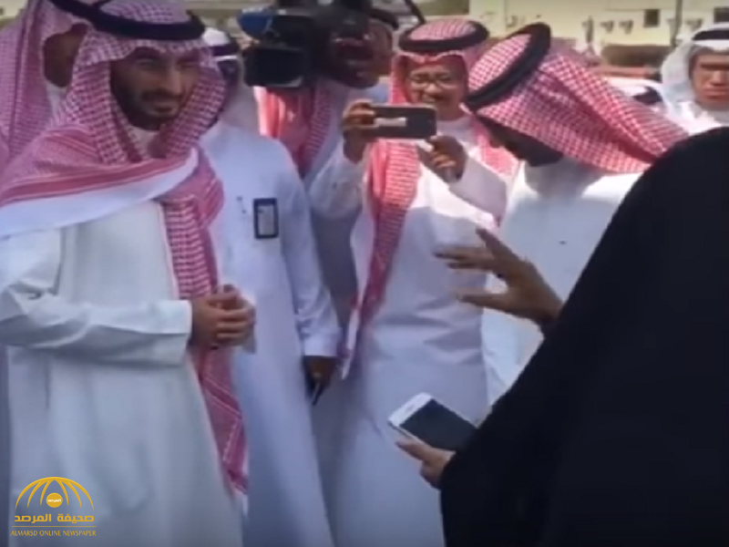 """بالفيديو: فتاة جامعية توقف نائب أمير مكة أثناء زيارته لـ """"القنفذة"""".. وتشكو له هذا الأمر.. وهكذا رد عليها"""