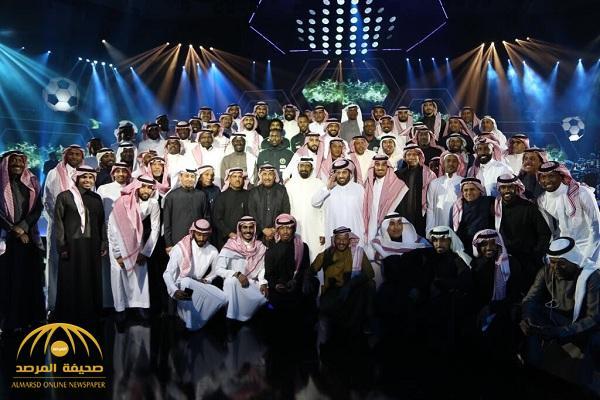 شاهد.. لاعبو المنتخب السابقون يلتقطون صورة تذكارية مع تركي آل الشيخ