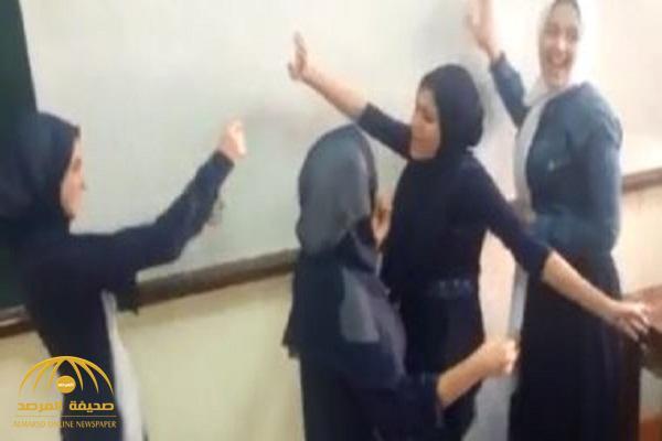 شاهد: وصلة رقص لطالبات مصريات على نغمات الموسيقى داخل فصل مدرسة!