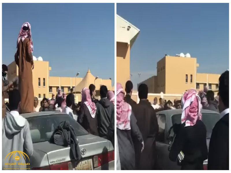 بالفيديو: شاهد مضاربة طلاب ثانوية أمام مدرستهم بشقراء