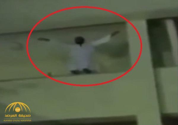 شاهد : مصري يحاول الانتحار بالقفز من أعلى بناية في القاهرة .. والجماهير تغني له وترقص !