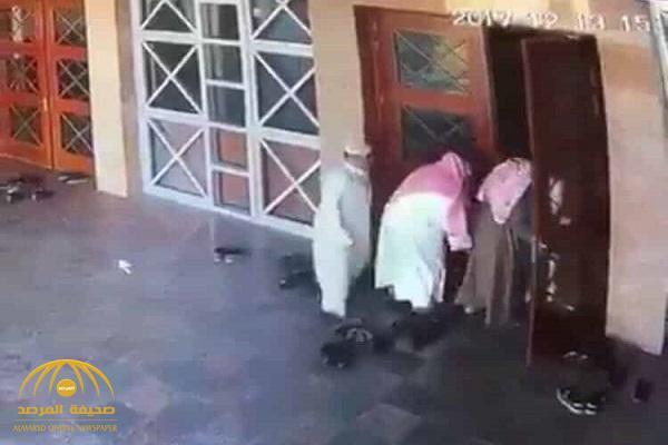 """القبض على """"نشالين"""" فضحتهم كاميرا مراقبة  يسرقون أحد المصلين عند باب مسجد بالرياض"""
