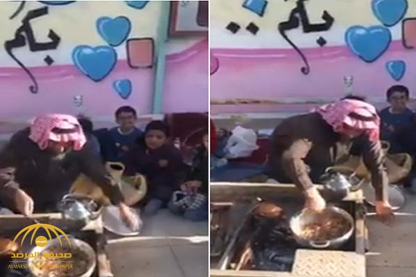 شاهد.. معلم يجمع الطلاب حوله.. ويطهو وجبة الإفطار بفناء مدرسة سعودية!