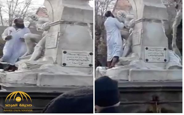 """شاهد .. فيديو جديد للمتطرف الجزائري أثناء تحطيم  تمثال """"المرأة العارية"""" .. وهذا ما كشفه السكان عنه !"""