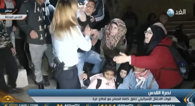 """فيديو: فلسطينية""""محجبة"""" تتعارك مع مجندة إسرائيلية وتمسك شعرها وتسقطها على الأرض في القدس"""