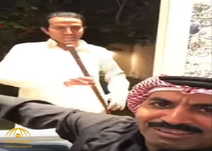 """عزمه فطقطق عليه .. شاهد: المالكي يطرد طارق العلي من منزله بالعصا …""""أطلع """"بره أزعجتنا""""!"""