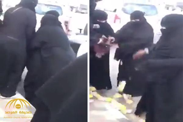 شاهد .. حارسات أمن جامعة الطائف يتشاجرن مع مسنة ويسقطن طعامها على الأرض