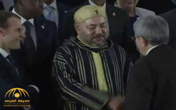 رئيس الوزراء الجزائري يكشف عما قاله للملك المغربي بعد صور المصافحة بينهما التي أثارت الجدل!