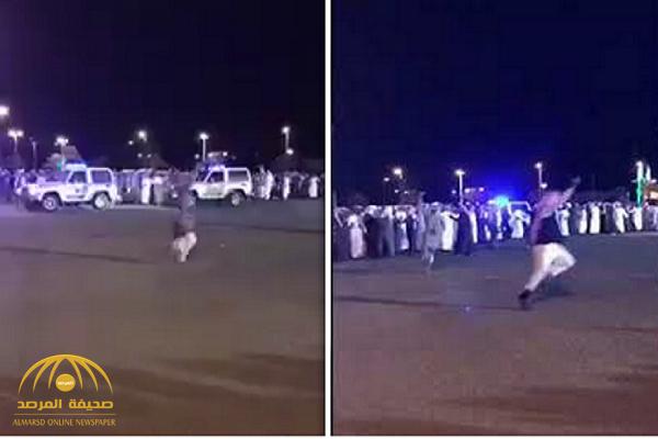 شاهد.. شبان يتراقصون ويطلقون النار أمام الدوريات الأمنية في حفل زواج بطريب!