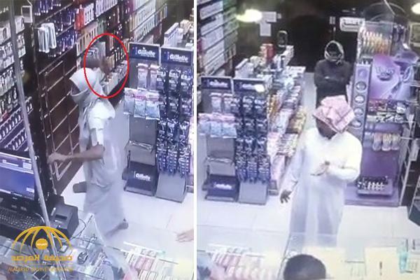 شاهد .. لحظة السطو بسلاح أبيض على صيدلية بالطائف .. وزبون ينقذ الموقف بذكاء !