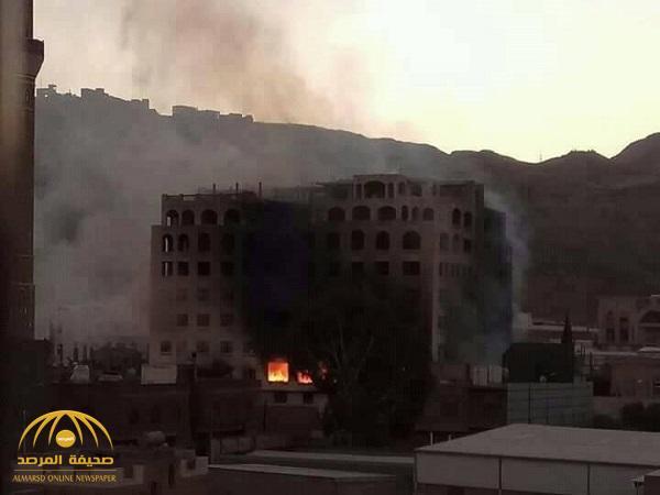 """شاهد .. الحوثيون يقذفون بنك الأمل في صنعاء بـ """"الهاون"""" ويمنعون الدفاع المدني من الإطفاء"""