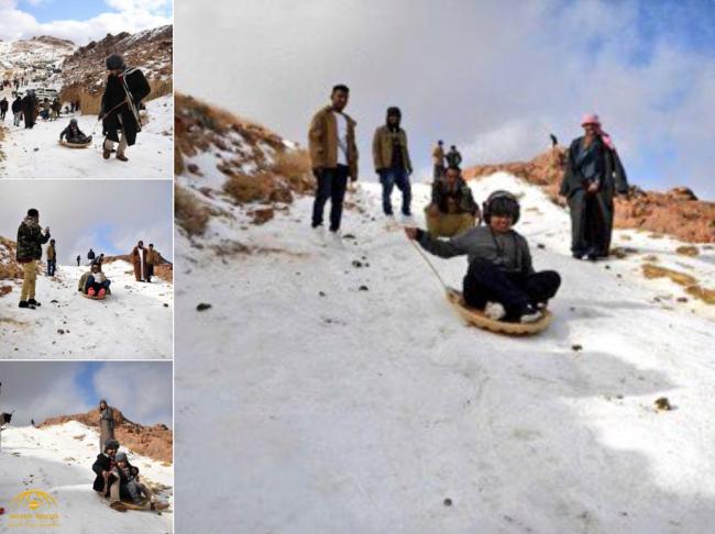 """برقصة """"الدحة"""" الشهيرة والتزلج وإشعال النيران.. شاهد: كيف احتفل أهالي منطقة تبوك بتساقط الثلوج أعلى قمة جبل اللوز"""