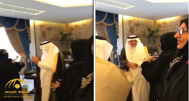 شاهد.. كيف مازح الأمير خالد الفيصل عدد من الصم والبكم أثناء زيارتهن له في مكتبه!