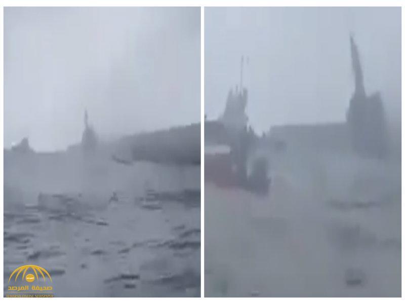 """لم تتحمل قوة الرياح .. شاهد: لحظة غرق ما يسمى """"مدمرة"""" إيرانية في بحر قزوين!"""