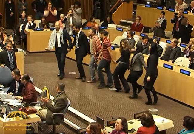 شاهد.. فلسطينيون يرقصون الدبكة داخل الأمم المتحدة!