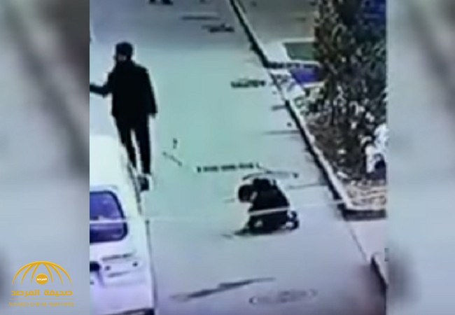 بالفيديو:مراهق يلقي بالألعاب النارية داخل فتحة صرف في الصين .. فكانت النتيجة صادمة