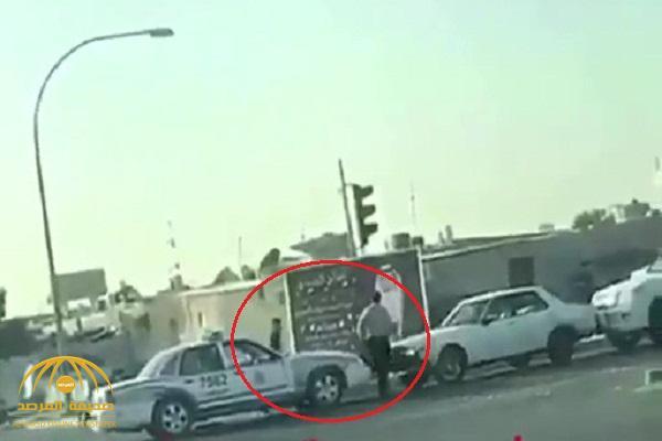 شاهد .. لحظة اعتداء قائد سيارة بالضرب على شرطي كويتي