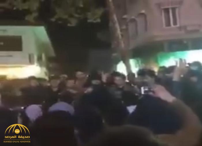 بوادر انشقاقات.. شاهد: ضباط شرطة ينضمون لصفوف المتظاهرين في إيران!