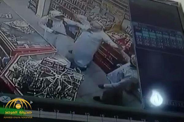 شرطة الشرقية تعلن القبض على شخصين قاما بالسطو المسلح على محل بالخبر..وتكشف عن جنسيتهما!