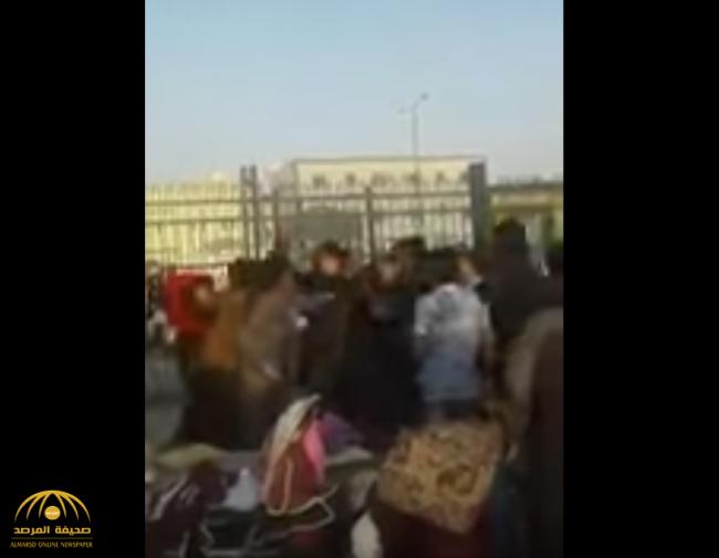 """استخدم فيها """"المشاعيب"""" .. بالفيديو: مضاربة جماعية بين عدد من المقيمين في حي النسيم بالرياض"""