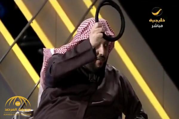 """شاهد.. آل الشيخ يرفع """"عقاله"""" لـ """"عدنان جستنيه"""" بعد توجيه هذا السؤال له!"""