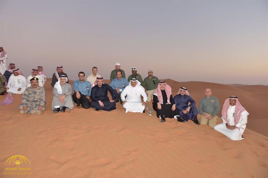 """مغردون يتداولون صورة لـ""""وزير الداخلية"""" جالساً على الرمال مع موظفي أرامكو !"""