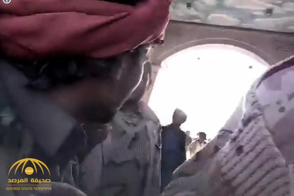 """شاهد: حوثيون مسلحون يقتحمون منزل """"اللواء الأحمر"""" ويهددون أسرته بالقتل ويوجهون لهم سيل من الشتائم"""