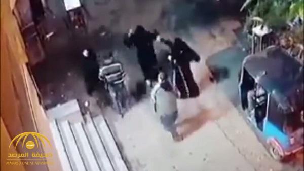بالفيديو.. 3 منقبات يعتدين  بالضرب على رجل بالعصي في مصر