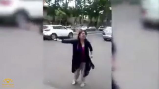 """شاهد..فتاة تعتدي بالضرب على رجل دين إيراني وتسقط عمامته.. وتقول:"""" أنت بلاشرف"""""""