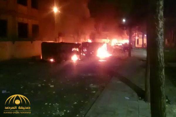 شاهد .. متظاهرون إيرانيون يحرقون سيارات الحرس الثوري في أصفهان