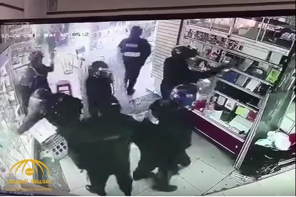 شاهد.. عناصر من الشرطة الإيرانية ينهبون المحلات التجارية.. وهذه أبرز المسروقات
