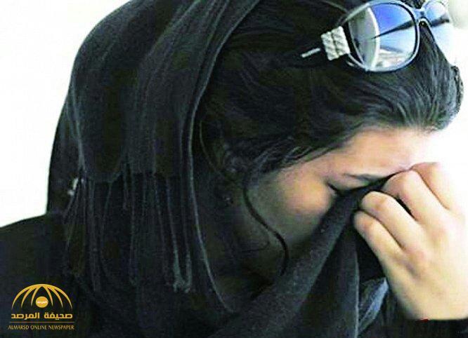 يضربها بالعصا ويهدد بطردها من المنزل.. سعودية تبكي وتشتكي الجهات المعنية لإنقاذها من زوجها!